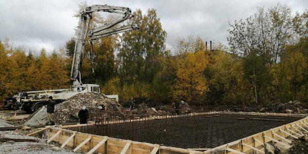 Автобетононасос готов к бетонированию плиты