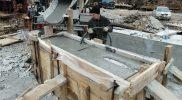 Вибрирование бетона при заливке тумбы